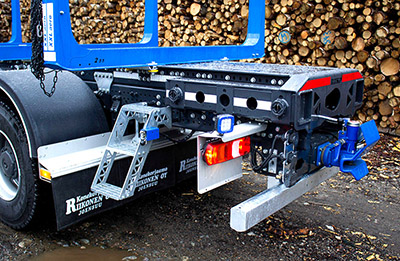 riiko puutavara-auton päällirakenne ulkopuolisen nosturitelineen tupet