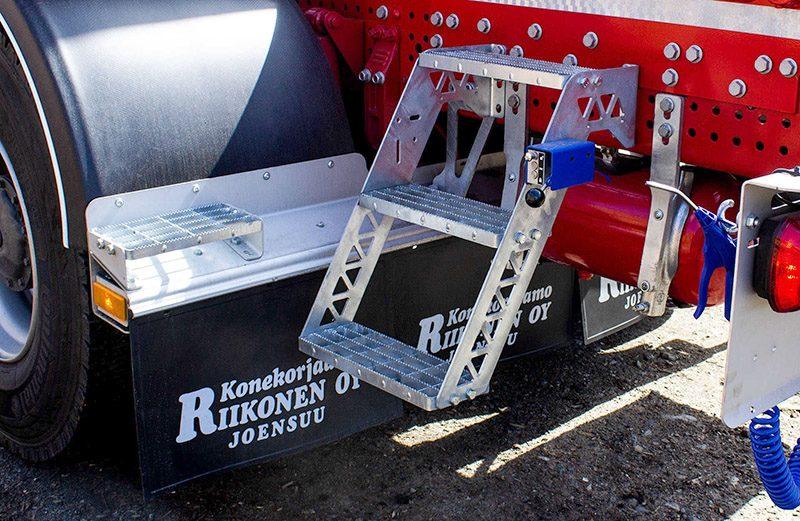 riiko-tikkaat-astimet- puutava-auton-päällirakenne